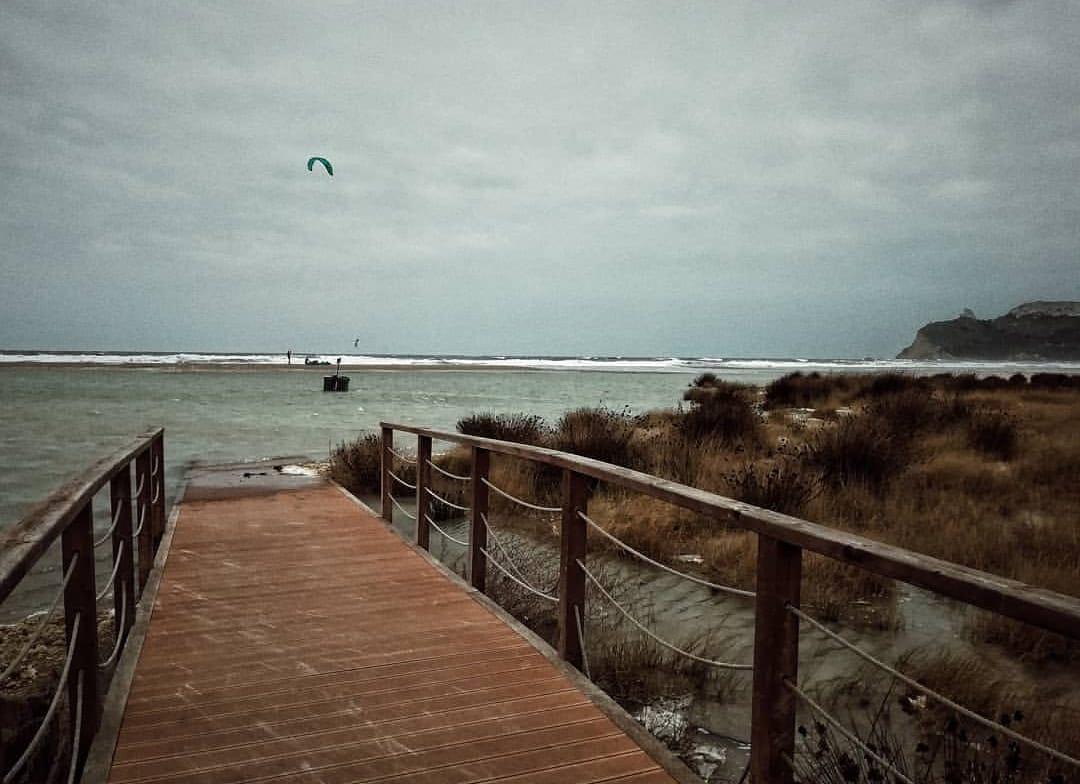 La foto. Lo Scirocco fa impazzire Cagliari: il mare si