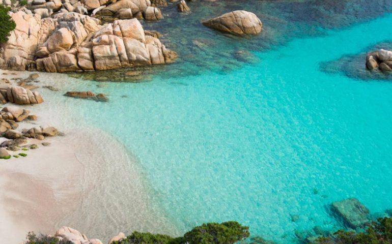 La Costa Smeralda vieta il fumo in spiaggia e la plastica monouso: ordinanze valide negli 88 chilometridi costa di Arzachena