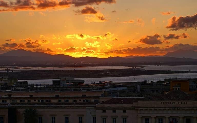Cagliari, lo splendido tramonto su Santa Gilla in una foto di Stefano Conti