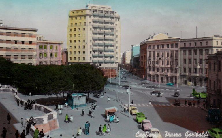 La Cagliari che non c'è più: piazza Garibaldi all'uscita degli scolari del Riva nel 1963