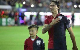 Daniele Conti con il figlio nell'ultima gara in maglia rossoblù