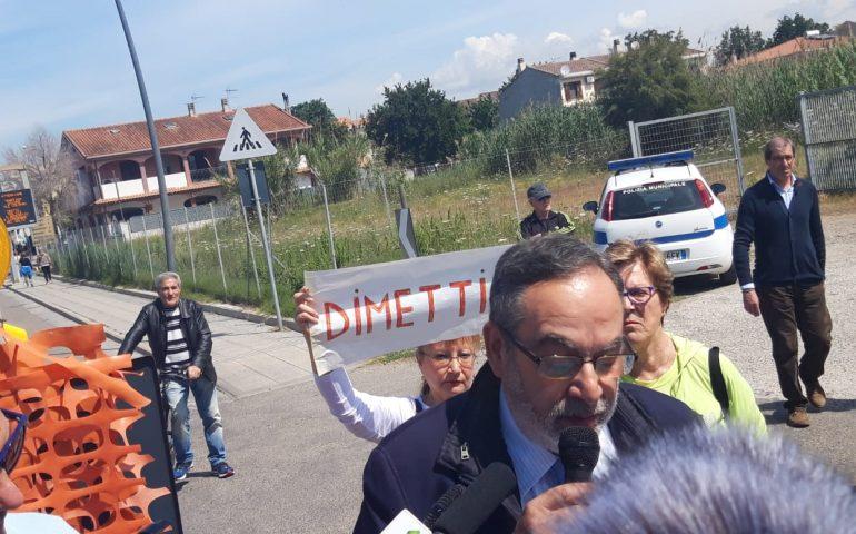 """(VIDEO) Quartu, """"Dimettiti"""": tensione sul ponte di viale Colombo tra il sindaco Delunas e i cittadini"""