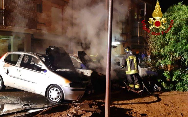 Cagliari, paura al Cep: in fiamme tre auto e uno scooter in un parcheggio condominiale