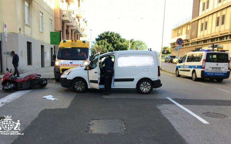 Cagliari, si scontrano un autocarro e una moto senza assicurazione: centauro al pronto soccorso