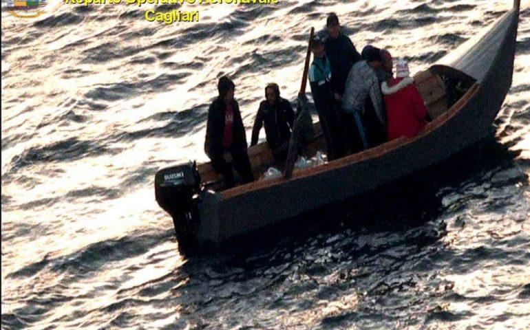Nuovo sbarco nel Sulcis: 50 migranti arrivati con dei barchini, anche una donna e due minori
