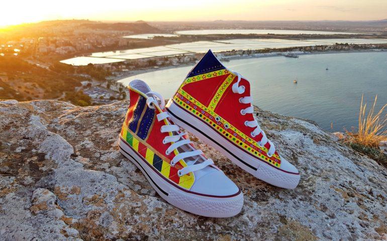 (FOTO) Le nuove creazioni dell'artista cagliaritana Cochi's Art: scarpe, costumi e zaini con motivi e decori della tradizione sarda