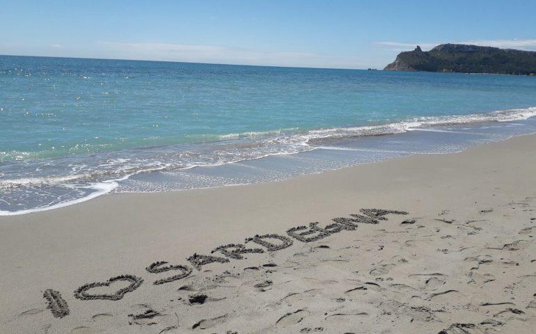 La foto: dichiarazione d'amore per la Sardegna sulla sabbia. Di un turista o di un cagliaritano?