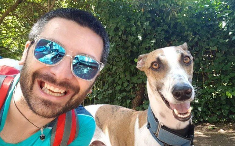 """Sirio il levriero e Luca: un amore nato al rifugio. Come da un'adozione è nato un marchio di accessori """"no profit"""" per cani"""
