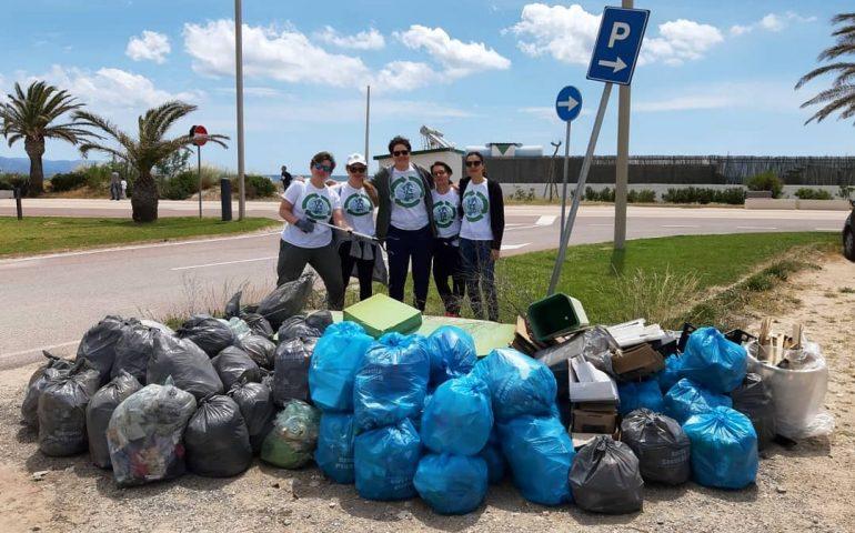 (Foto) Il Poetto si fa bello. Mattinata di raccolta dei rifiuti con i ragazzi di Clean Coast Sardinia