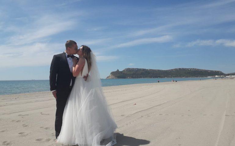La foto: dalla Polonia al Poetto con gli abiti da sposi per uno scatto d'effetto