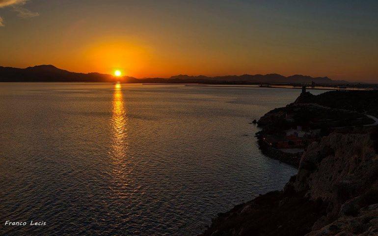 La foto: il tramonto dal faro di Cala Mosca in una foto di Franco Lecis