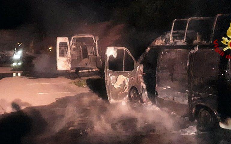 Notte di fuoco a Dolianova: in fiamme tre furgoni e un autocarro