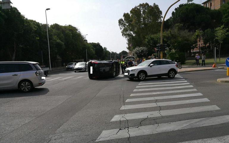 Cagliari, incidente al semaforo tra via Vesalio e via Flavio Gioia: un'auto ribaltata