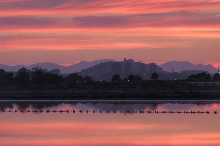 La foto: tramonto su Cagliari in uno scatto di Daniela Deidda