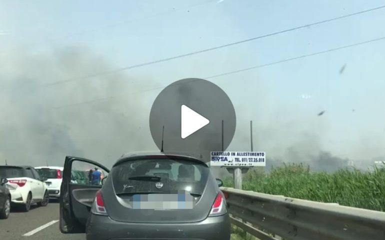 (VIDEO) Cagliari, grosso incendio tra la 554 e la 131 dir: macchine bloccate in colonna