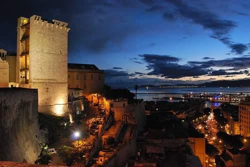 La foto: Cagliari, tramonto con la Torre dell'Elefante