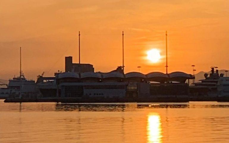 La foto. Uno splendido tramonto veste d'arancione Cagliari