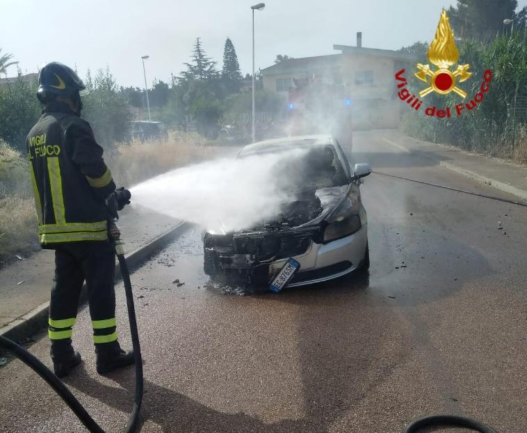 Attimi di paura a Villaputzu: a fuoco un'auto, l'autista scende e chiama i soccorsi