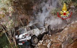 Domusnovas: auto esce di strada e precipita in un dirupo