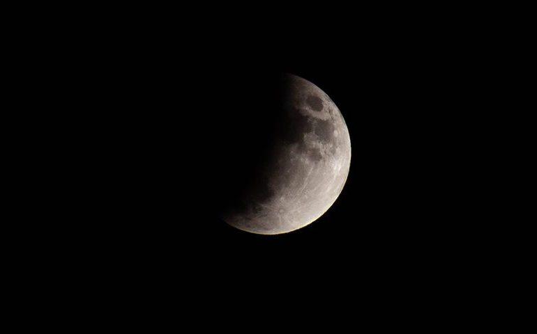 La foto. La magia della luna: le bellissime foto dell'eclissi