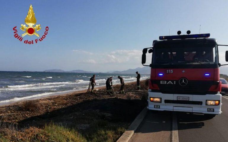 Incendiano le alghe sulla spiaggia di Giorgino: il fumo invade la 195 rallentando il traffico