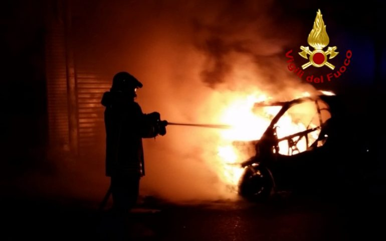 Quartu Sant'Elena: nella notte va a fuoco un'auto parcheggiata in pieno centro