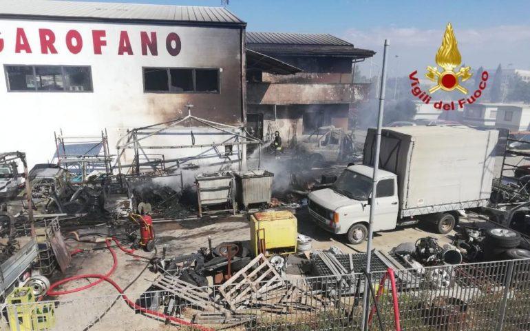 Incendio in un'officina di San Gavino: in fiamme uffici, attrezzature e alcune vetture