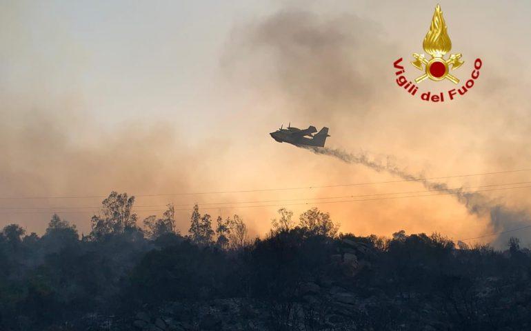 Incendi, la Sardegna dichiara lo stato di emergenza