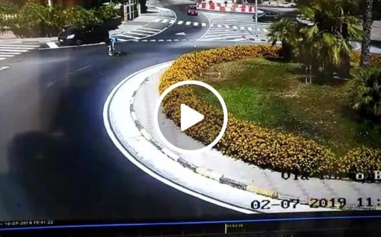 (VIDEO) Monserrato, auto travolge ciclista e scappa ma viene incastrato dalle telecamere