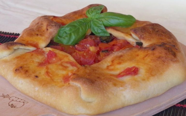 La ricetta Vistanet di oggi: sa pratzida, la squisita focaccia al pomodoro sulcitana