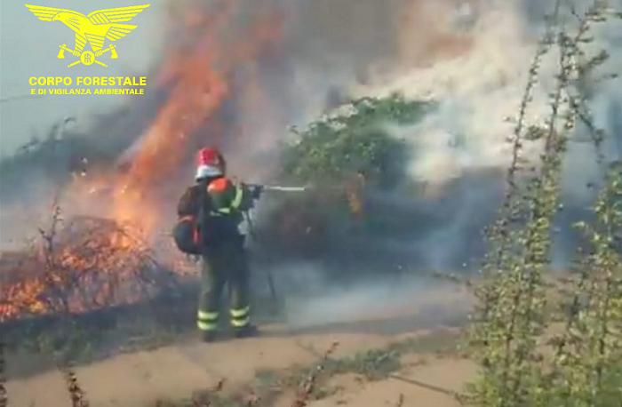Fiamme a Siniscola, mezzi aerei al lavoro per spegnere l'incendio
