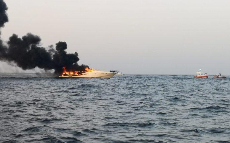Yacht in fiamme a Porto Cervo, tutti in salvo gli 8 passeggeri soccorsi dalla Guardia Costiera
