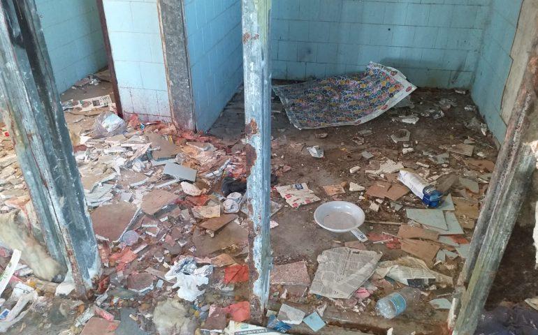 La vergogna dell'ex circoscrizione comunale di via Cinquini, tra siringhe, rifiuti e detriti