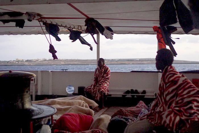 Open Arms: 13 persone sbarcate per problemi di salute, ma cresce la tensione per chi resta a bordo