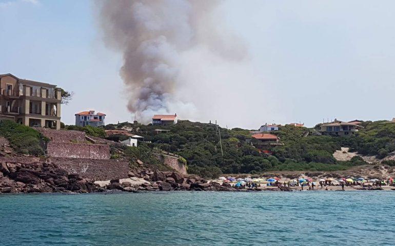 Carloforte: incendio tra le case al mare a Cala Spalmatore. Intervengono tre elicotteri