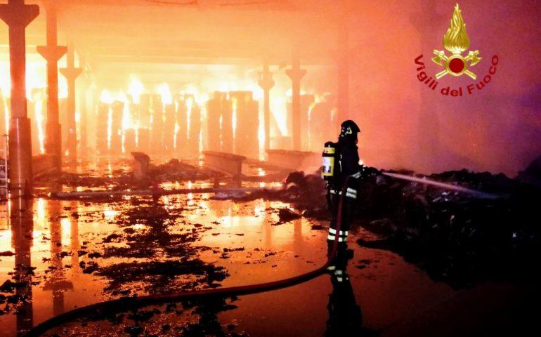 """(VIDEO E FOTO) Nuraminis, """"inferno"""" di fuoco in un deposito di riciclo della carta"""