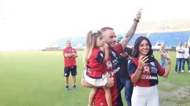 Nahitan Nandez con la moglie Sara e la figlia Matilda