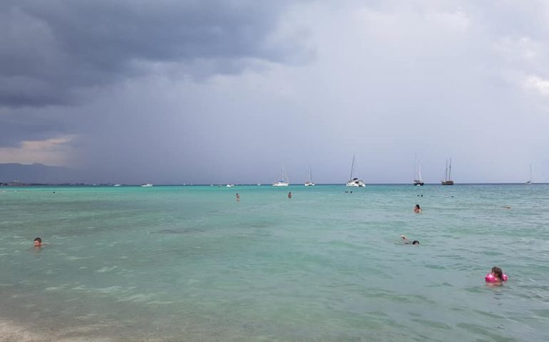 La foto del giorno. Poetto: mare dalle mille sfumature di blu e tempesta all'orizzonte