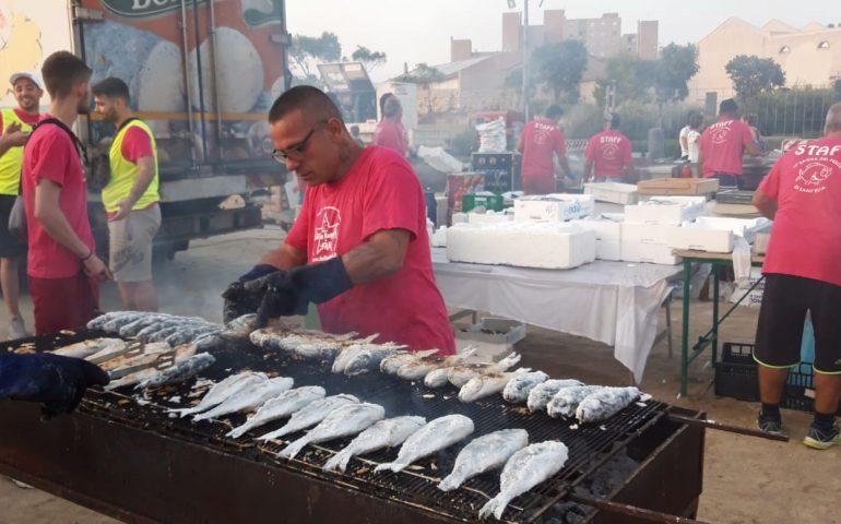 (FOTO) Pienone al piazzale Lazzaretto di Sant'Elia: in migliaia alla sagra del pesce. E stasera il bis