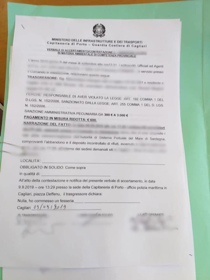 Butta i sacchetti per strada a Cagliari ma viene incastrato dalle telecamere: 600 euro di multa