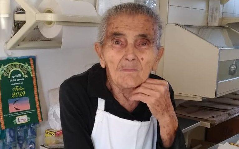 La foto. Tzia Palmina Albai, nel suo negozio di alimentari di Ilbono da più di 50 anni
