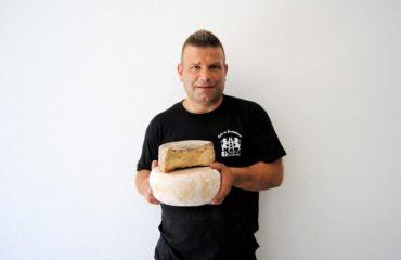 """Slow Food premia """"Axridda"""", il formaggio di Escalaplano stagionato nell'argilla"""