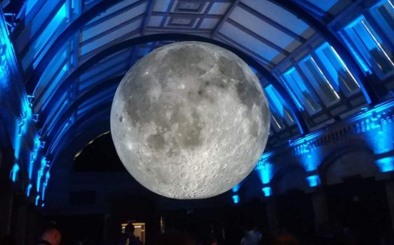 La Luna di Luke Jerram fa il giro del mondo e arriva a Cagliari. A Sa Manifattura ecco il «Museum of the moon»
