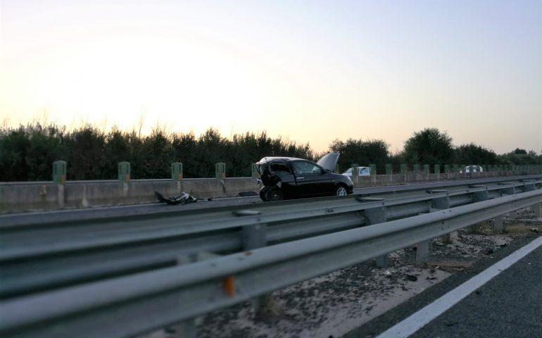 Incidente stradale tra due auto sulla SS 131 al km 21: ambulanze a sirene spiegate e Lancia Y distrutta