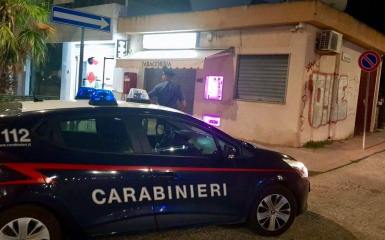 Carbonia, rapina alla tabaccheria: banditi in fuga con 500 euro