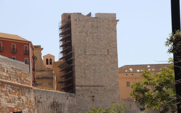 La foto: la vergogna della Torre dell'Elefante, avvolta da orrendi ponteggi da quasi due anni