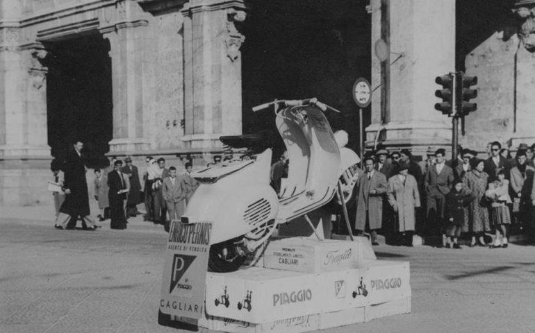 La Cagliari che non c'è più: la Vespa esposta nel bel mezzo di via Roma negli anni '50