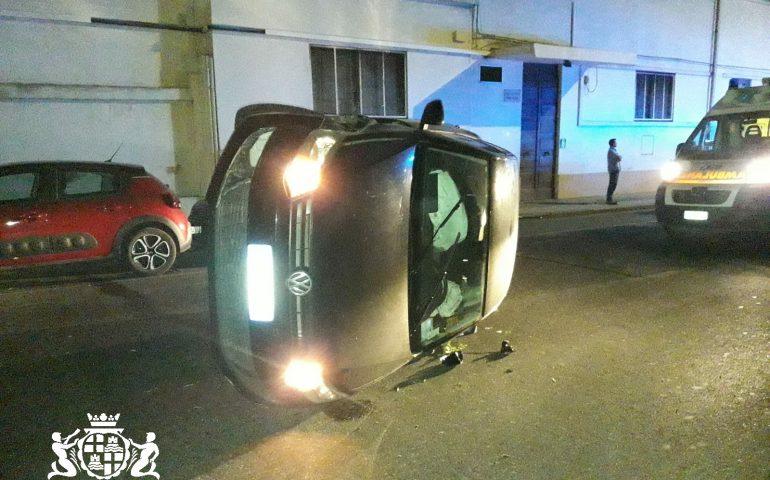Viale Colombo: 49enne ubriaca alla guida urta un'auto parcheggiata e si ribalta in mezzo alla strada