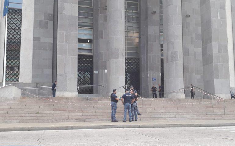 Bomba al Tribunale di Cagliari: trovati frammenti di impronte e tracce di esplosivo