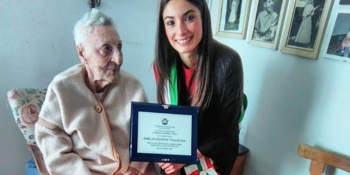 """Oristano in festa per i 100 anni della """"nonnina"""" Amelia Rovere"""